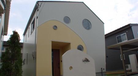"""丸窓をアクセントにしたシンプルで""""キレイカワイイ""""家"""